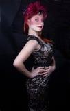 Retro flicka med det burgundy locket Fotografering för Bildbyråer