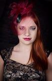 Retro flicka med det burgundy locket Arkivfoto