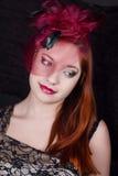 Retro flicka med det burgundy locket Royaltyfri Foto