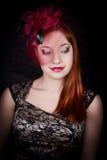 Retro flicka med det burgundy locket Royaltyfri Fotografi