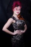Retro flicka med det burgundy locket Arkivfoton