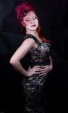 Retro flicka med det burgundy locket Royaltyfria Bilder