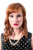 Retro flicka med det pärlemorfärg halsbandet Royaltyfri Foto