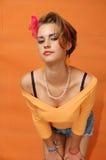 Retro flicka med det rosa bandet Royaltyfria Bilder