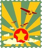 Retro- Flugzeugflug auf Sonnenexplosionshintergrund Lizenzfreie Stockbilder