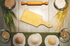 Retro fondo del forno della cucina con il tagliere vuoto per lo spazio della copia Vista superiore fotografia stock