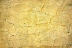 Retro fondo di superficie di calcestruzzo incrinata gialla invecchiata Immagine Stock Libera da Diritti