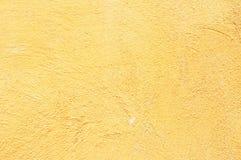 Retro fondo giallo del muro di cemento Fotografie Stock