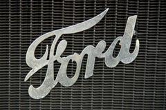 Retro- Ford-Autozeichen stockfotos