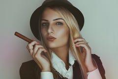 Retro foto av den gulliga blonda kvinnan med cigarren Arkivbild