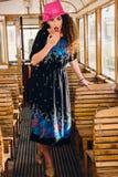 Retro foto av den gulliga förvånade flickan i ett anseende för vagndrev Royaltyfria Bilder