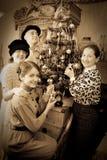 Retro foto della famiglia che decora l'albero di Natale Immagini Stock Libere da Diritti