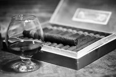 Retro foto disegnata di grande scatola di sigari cubani su un tabl di legno Fotografie Stock