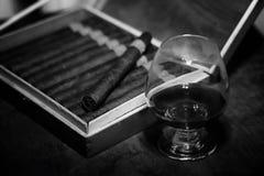 Retro foto disegnata di grande scatola di sigari cubani su un tabl di legno Immagine Stock
