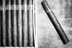 Retro foto disegnata di grande scatola di sigari cubani su un tabl di legno Fotografia Stock Libera da Diritti