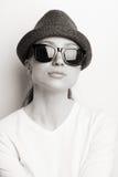 Retro- Foto eines Mädchens in den Sonnenbrillen stockfoto