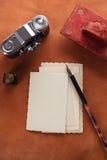 Retro foto's, uitstekende inkt, pen, vloeipapier en camera Stock Afbeeldingen