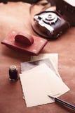 Retro foto's, uitstekende inkt, pen, vloeipapier en camera Royalty-vrije Stock Foto