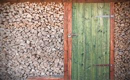Retro foto van oude rustieke houten deur met brandhout Stock Afbeelding