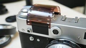 Retro fotocamera met fotografische film en lens stock video