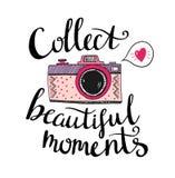 Retro fotocamera met het modieuze van letters voorzien - verzamel mooie ogenblikken Vector hand getrokken illustratie Stock Afbeeldingen