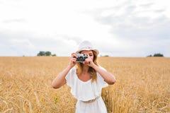 Retro- Fotograf, der alte Kamera verwendet Lizenzfreies Stockfoto