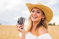 Retro- Fotograf, der alte Kamera verwendet Stockbild