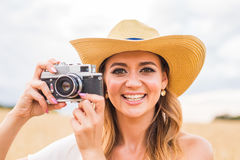Retro- Fotograf, der alte Kamera verwendet Stockfotos
