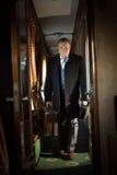Retro fotografia przystojny biznesmena odprowadzenie w pociągu Obrazy Stock