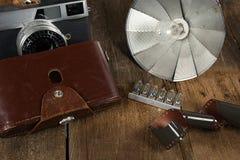Retro- Fotografieausrüstung auf Holz Lizenzfreies Stockbild
