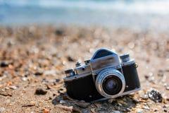 Retro fotografii kamera na plaży Zdjęcie Royalty Free