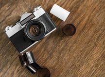 Retro- Fotokamera auf einem Holztisch Abbildung der roten Lilie Stockbilder