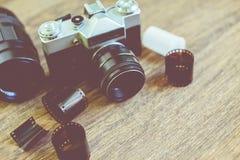 Retro- Fotokamera auf einem Holztisch Abbildung der roten Lilie Lizenzfreies Stockbild