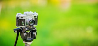 Retro- Fotokamera auf Stativ Lizenzfreies Stockfoto