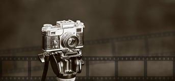 Retro- Fotokamera auf Stativ Stockbild