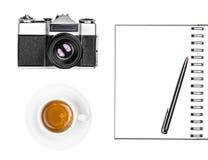 Retro- Fotokamera der Weinlese, Kaffeetasse, Notizblock und Stift lokalisiert auf weißem Hintergrund stockfotos