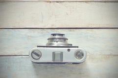 Retro fotokamera på en träbakgrund, bästa sikt Arkivfoto