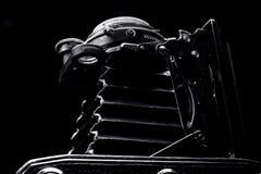 Retro- Fotokameraabschluß oben auf dem schwarzen Hintergrund lizenzfreie stockfotos