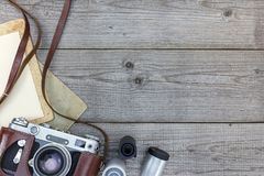 Retro fototoestel en leeg onmiddellijk document op houten achtergrond royalty-vrije stock afbeeldingen