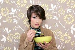 Retro- Frau des Frühstückskost- aus Getreideschüssel-Suppetellers Lizenzfreie Stockfotos
