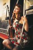 Retro- Frau des schönen sexy Brunette mit Stift-obenfrisur und MA lizenzfreies stockfoto