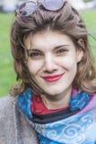 Retro- Frau, die ein windiges Wetter genießt Lizenzfreies Stockbild