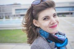 Retro- Frau, die ein windiges Wetter genießt Lizenzfreie Stockfotografie