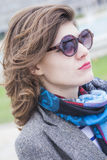 Retro- Frau, die ein windiges Wetter genießt Stockfoto