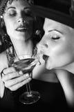Retro- Frau, die Getränk nimmt. lizenzfreies stockbild