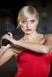 Retro- Frau, die Gewehr hält lizenzfreie stockfotos