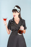Retro- Frau im schwarzen Kleid mit Welt Stockbilder