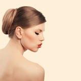 Retro- Frau mit den roten Lippen Stockfoto