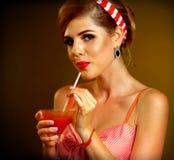 Retro- Frau mit Musikvinylaufzeichnung Pin herauf Mädchengetränk-Martini-Cocktail Lizenzfreie Stockbilder