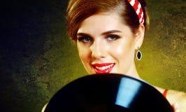 Retro- Frau mit Musikvinylaufzeichnung Retro- weibliche Art Pin-oben Stockfotos